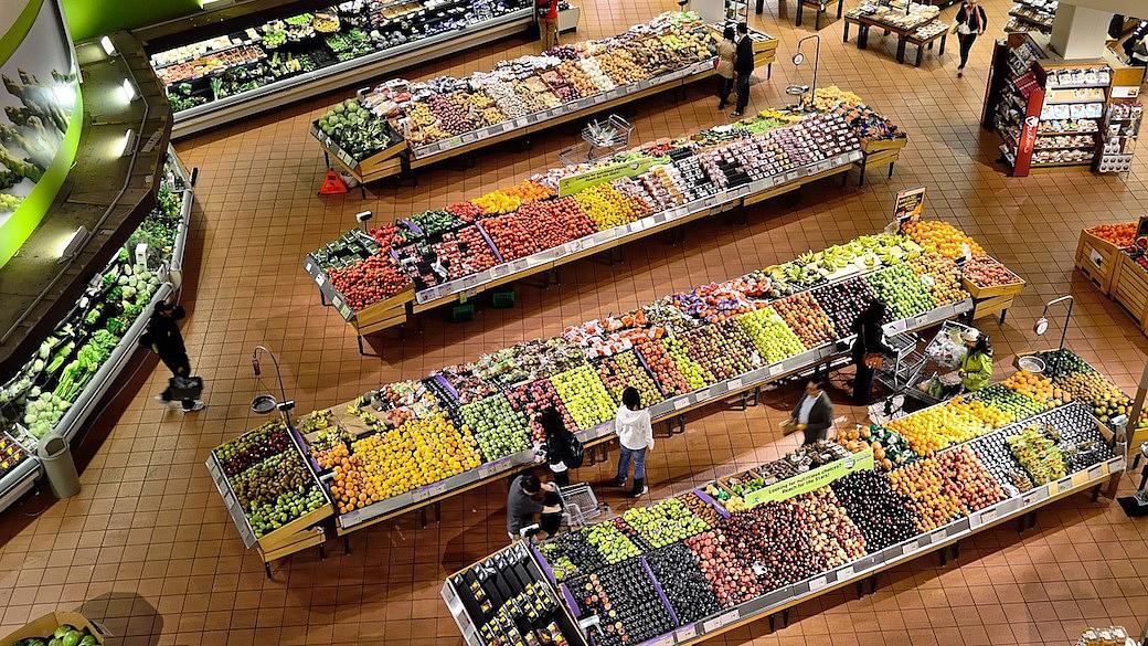 Lebensmittel-Embargo schadet europäischen Produzenten. Doch es gibt Möglichkeiten, wie westliche Lebensmittel doch in den russischen Supermarkt gelangen.