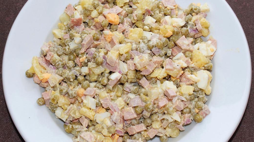 Der Oliviersalat (auch Olivje geschrieben, russisch Салат Оливье) ist eine Festtagsspeise der russischen Küche, die in der Regel zu Neujahrs- und anderen Feierlichkeiten als Vorspeise serviert wird.