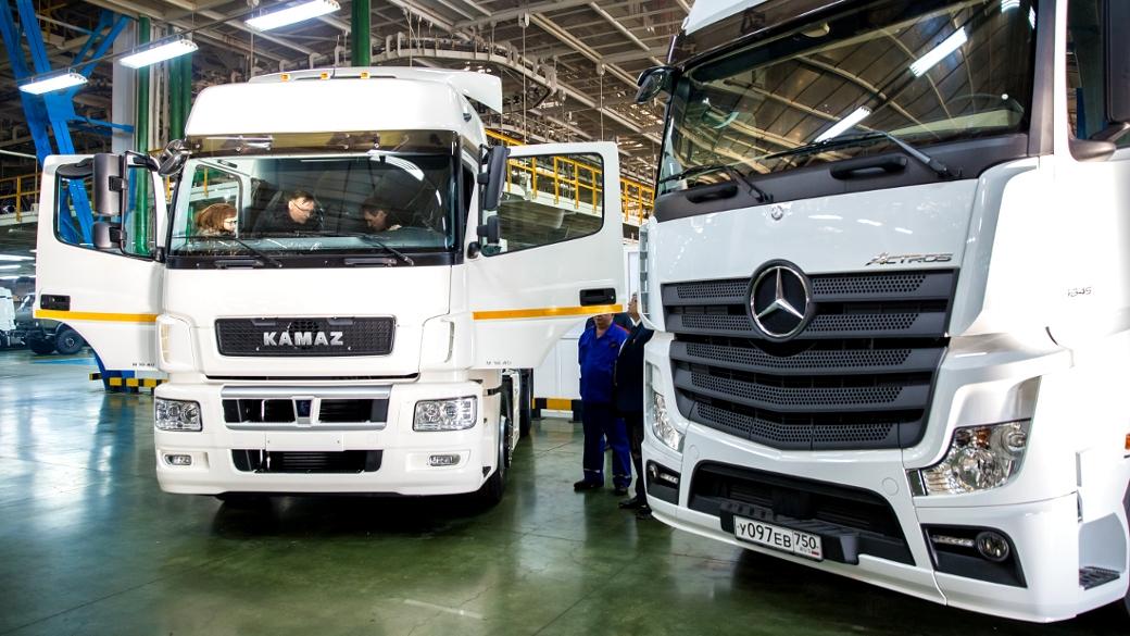 Doppelt hält besser: Wie hier beim neuen Actros-Modell (r.) neben einem Kamaz-Truck im Werk in Nabereschnyje Tschelny