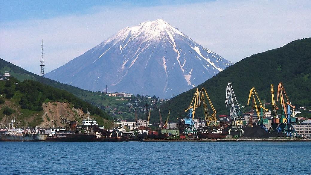 Petropawlowsk-Kamtschatski mit der Korjakskaja Sopka im Hintergrund
