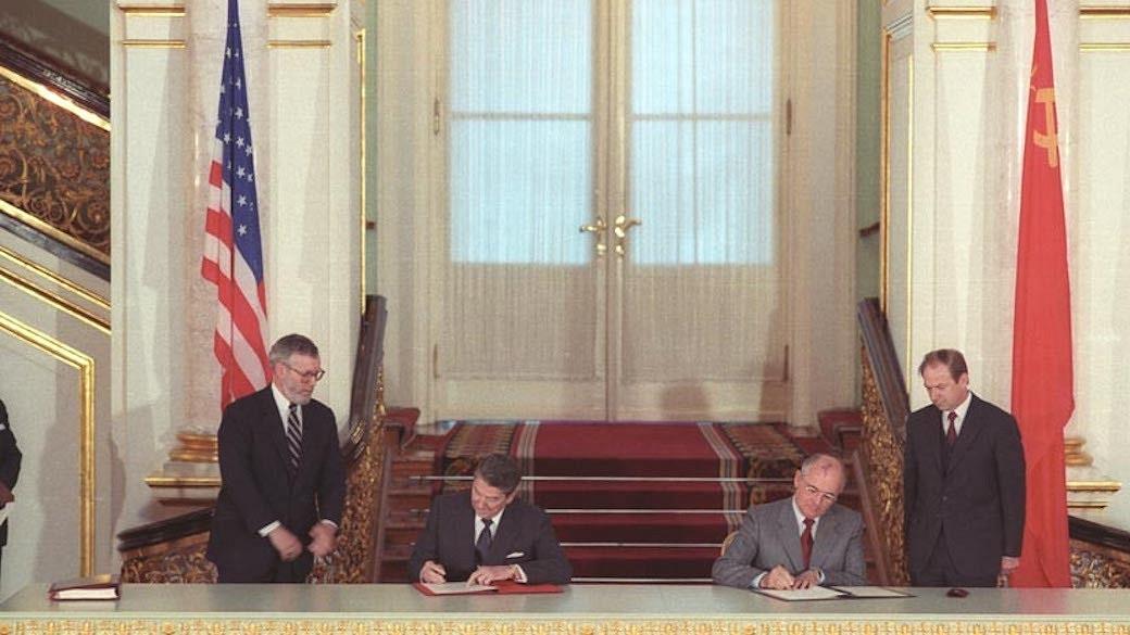 Am 1. Juni 1988 erfolgte die Unterzeichnung der Ratifizierungsurkunden im Kreml in Moskau durch Ronald Reagan und Michail Gorbatschow.