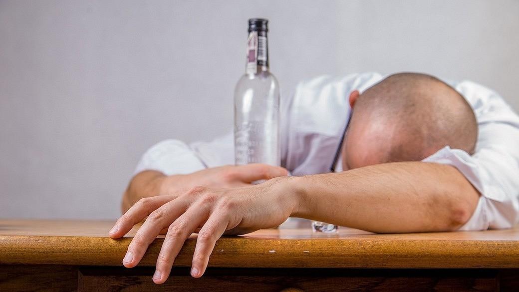 Ein Mann hat zu viel Alkohol getrunken und leidet an einem Kater.