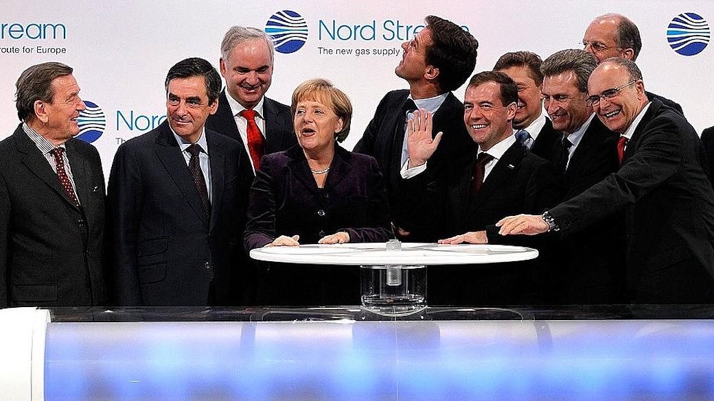 Angela Merkel und Wirtschaft legen Grundstein für Ostsee-Pipeline Nord Stream.