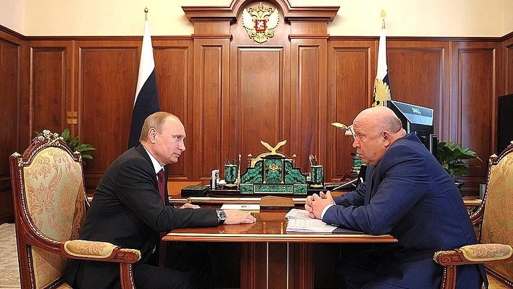 Der russische Präsident Wladimir Putin und der ehemalige Gouverneur der Oblast Nischni Nowgorod, Waleri Schanzew.