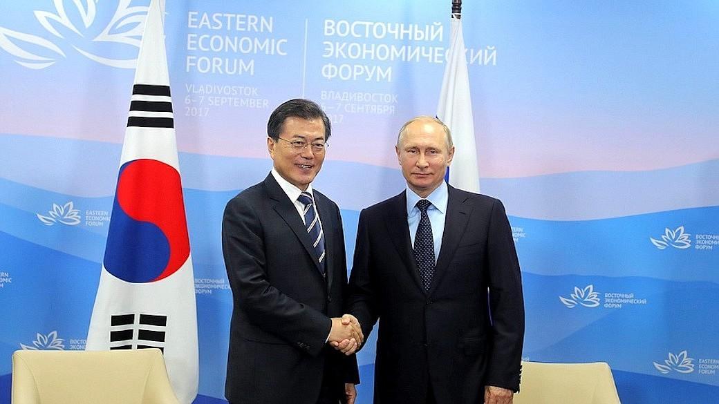 Wladimir Putin und Moon Jae-in auf dem Östlichen Wirtschaftsforum in Wladiwostok