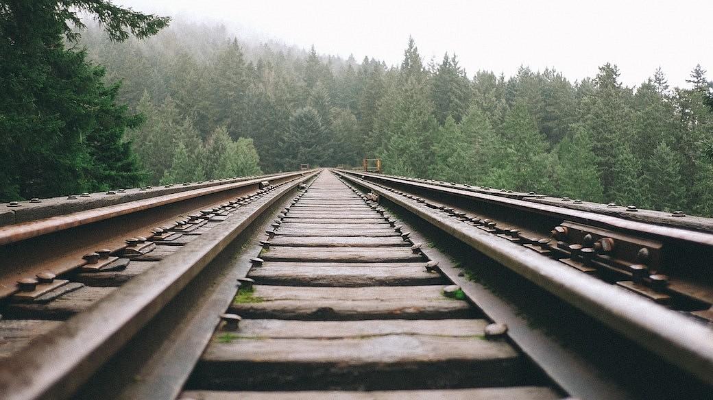 Gleise einer Zugstrecke
