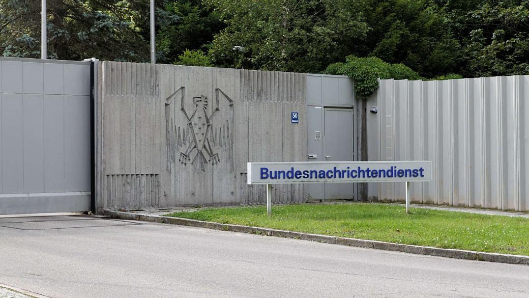 BND, Schild. Pullach, vor Gebäude
