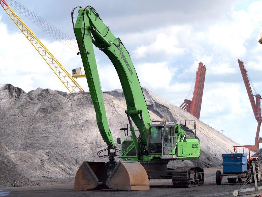 Der Sennebogen-Umschlagbagger 850. Einsatz bei Materialumschlag von Schrott, Schüttgütern und Werkstoffen aus dem Recyclingkreislauf sowie im Hafenumschlag.