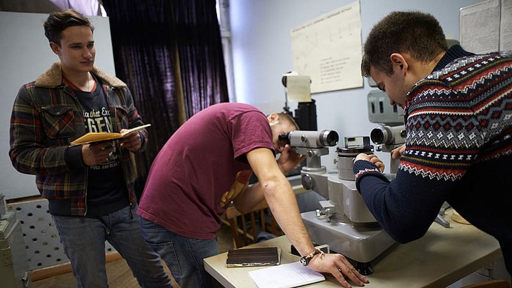 Studenten bei der praktischen Arbeit