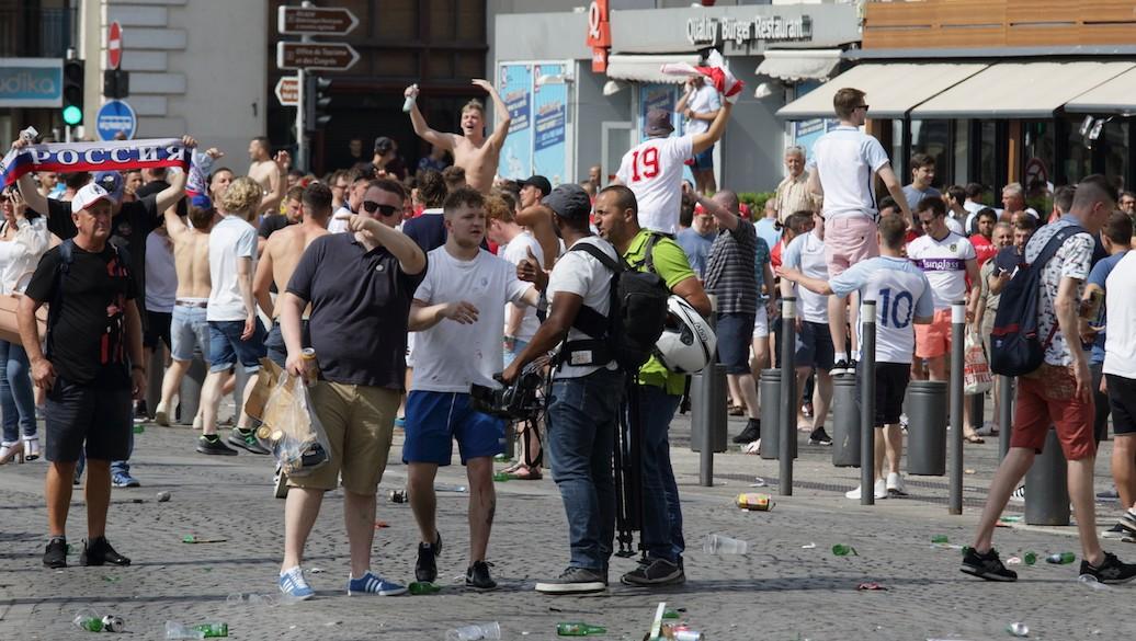 Auseinandersetzung zwischen englischen Fans, Russen und Franzosen in Marseille - UEFA 2016