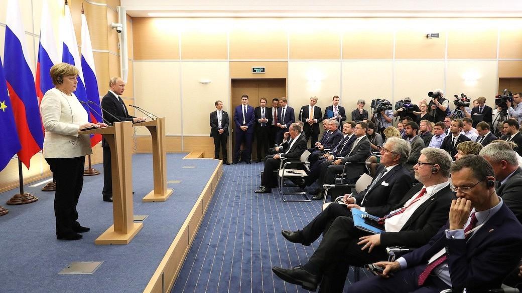 Putin und Merkel beim Treffen auf Sotschi