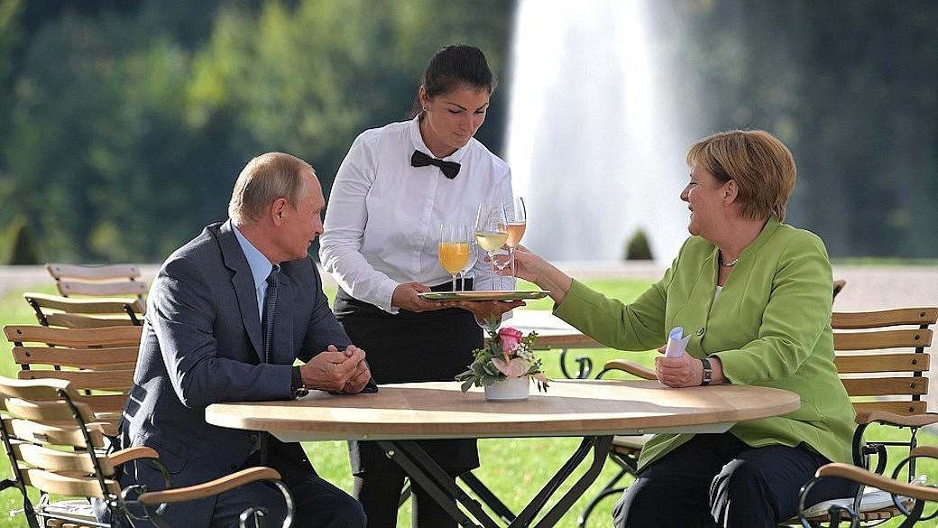 Angela Merkel trifft Wladimir Putin auf Schloss Meseberg in Brandenburg