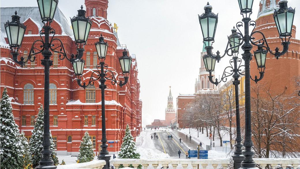 https://www.shutterstock.com/de/image-photo/manezhnaya-square-overlooking-moscow-kremlin-winter-1289511436?src=klIjnBWPn4iD_LkS8RPElg-1-12