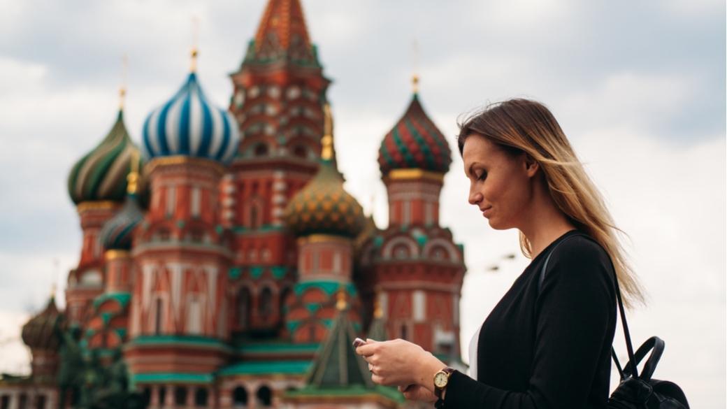 Russische Frau auf rotem Platz