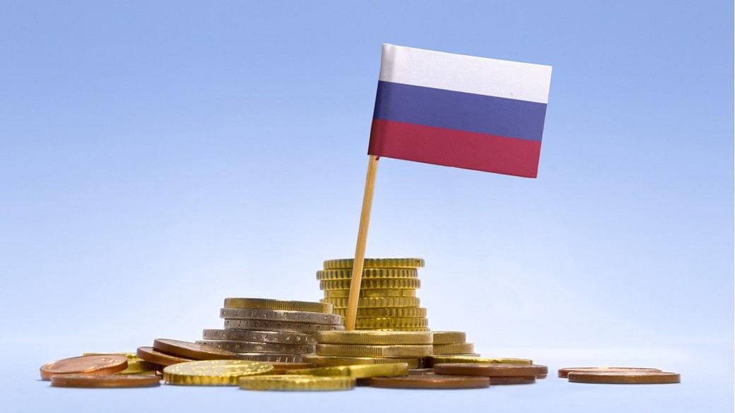 russische Flagge mit Geldmünzen
