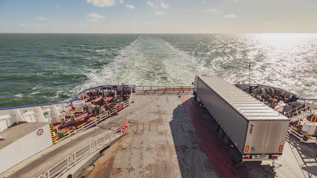 Transportschiff mit LKW