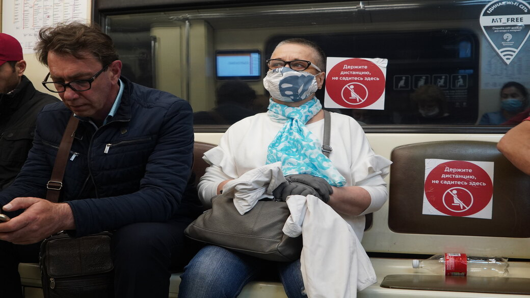 Menschen in der Metro Moskau mit Maske