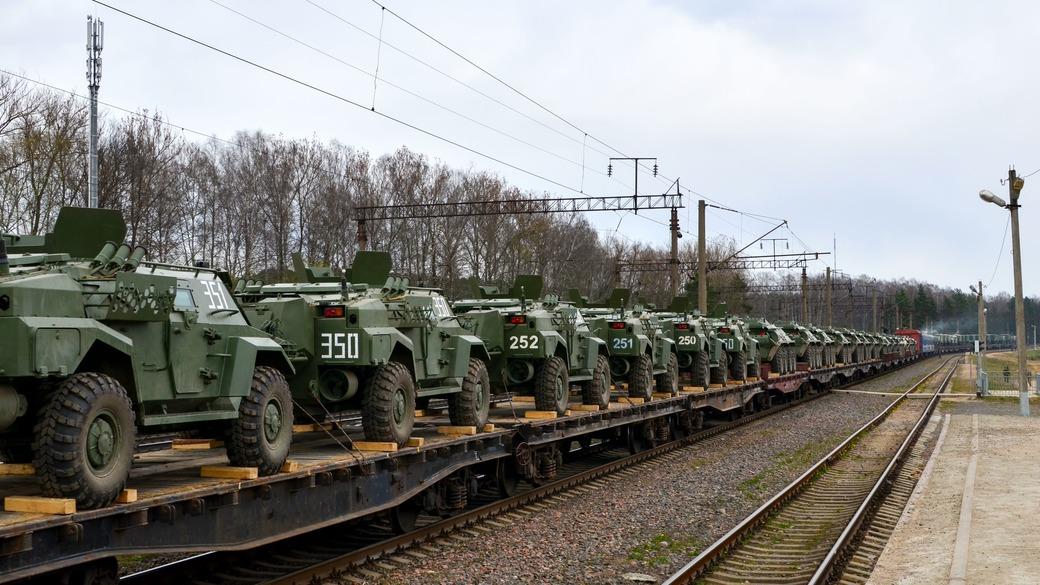 Waffentransport Geländewagen auf Zug
