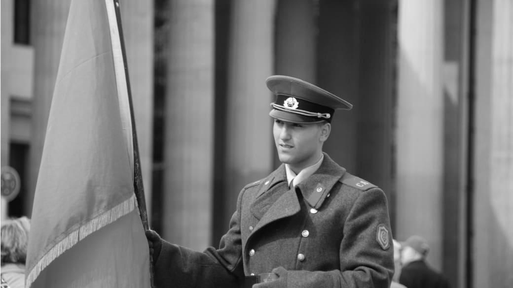 Mann in russischer Uniform Brandenburger Tor
