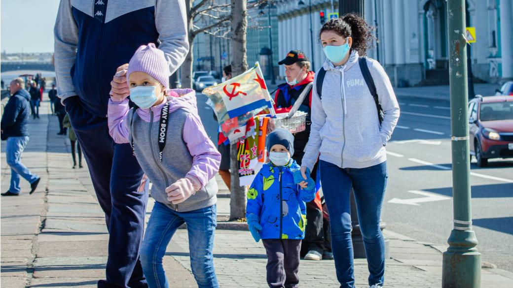 Kinder in St. Petersburg Maske